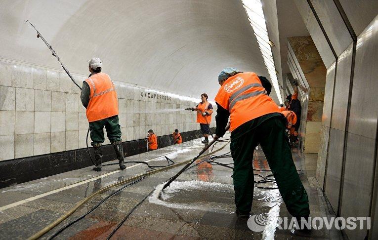 Сотрудники московского метрополитена моют станцию «Сухаревская»