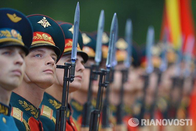 Военнослужащие на открытии Международного военно-технического форума «Армия-2015»