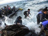 Беженцы прибывают на греческий остров Лесбос