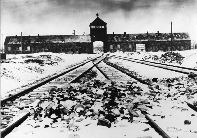Главные ворота концентрационного лагеря Освенцим