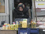 Пожилая женщина продает продукты домашнего изготовления в Киеве