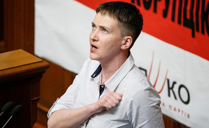 Надежда Савченко поет гимн во время сессии в парламенте