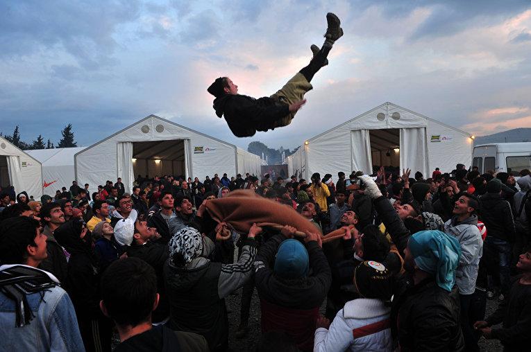 Мигранты в лагере для беженцев на границе Греции и Македонии
