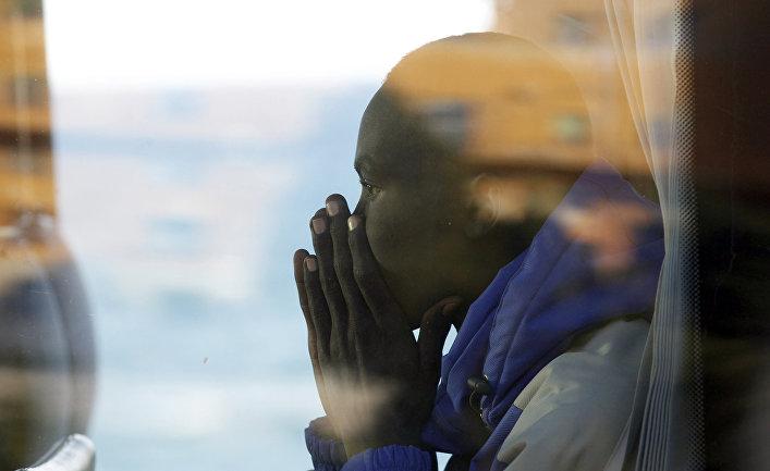 Один из жителей лагеря в Вентимилье на границе Италии и Франции после его эвакуации