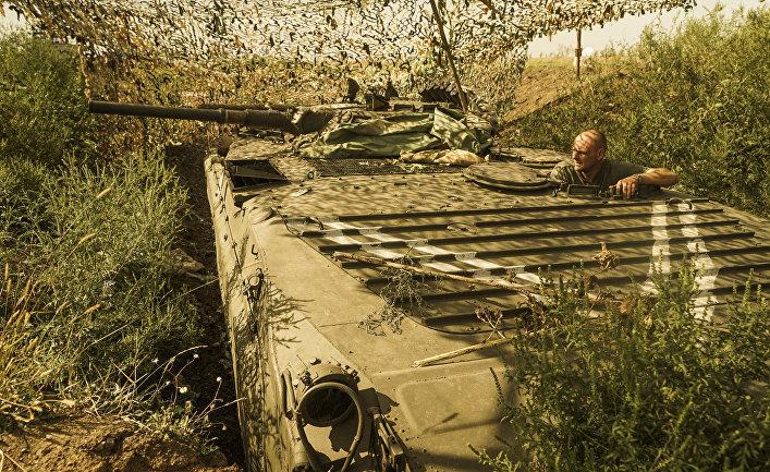 Украинский военный смотрит в сторону позиций ополченцев в районе Авдеевки, Донецкая область