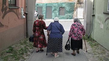 Пожилые женщины на улице в Вильнюсе