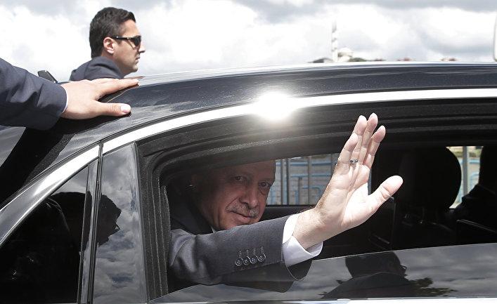 Президент Турции Реджеп Тайип Эрдоган приветствует своих сторонников