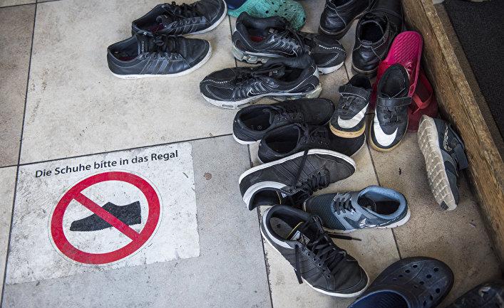 Обувь оставленная верующими перед входом в молельный зал мечети