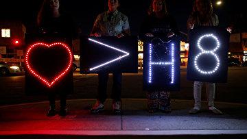 Участники акции памяти в Сан-Диего, Калифорния, со знаками, выражающими солидарность с ЛГБТ-сообществом