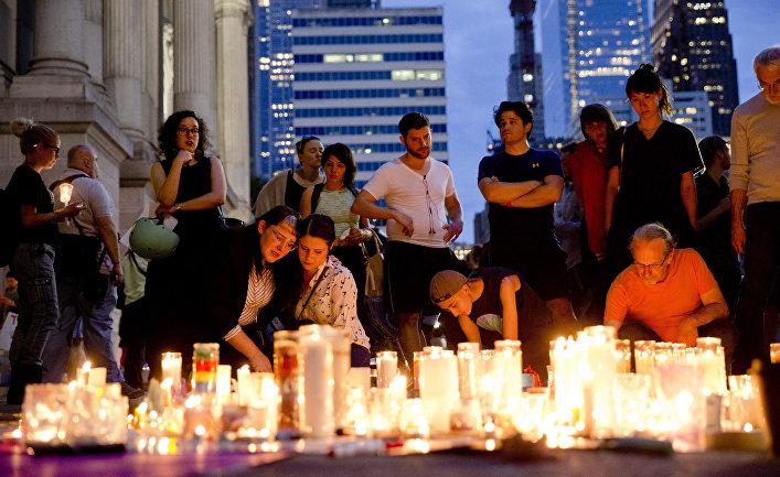 Свечи в память о погибших рядом с Филадельфийской ратушей