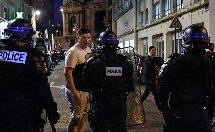 Сотрудники полиции общаются с болельщиками на одной из улиц Лилля