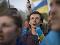 Люди поют гимн во время митинга за единую Украину в Донецке