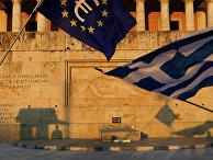 Флаги Греции и Евросоюза на площади Синтагма в Афинах