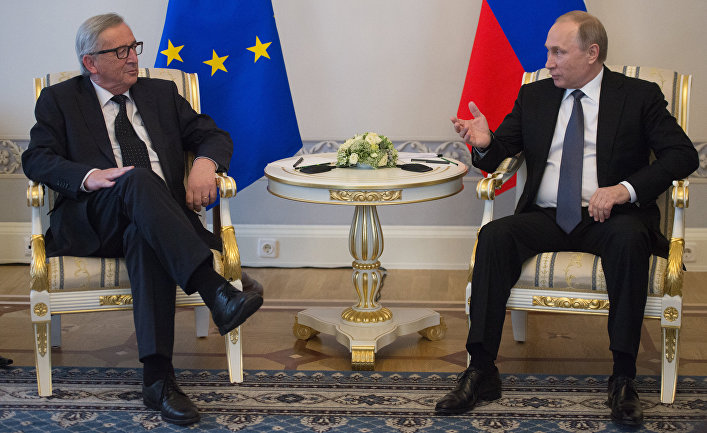 Президент РФ Владимир Путин и председатель Европеийскоий комиссии Жан-Клод Юнкер во время встречи в Санкт-Петербурге. 16 июня 2016