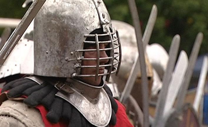 Сотни рыцарей в доспехах устроили битву в центре Москвы