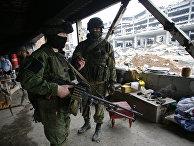 Сепаратисты ДНР возле разрушенного Донецкого международного аэропорта