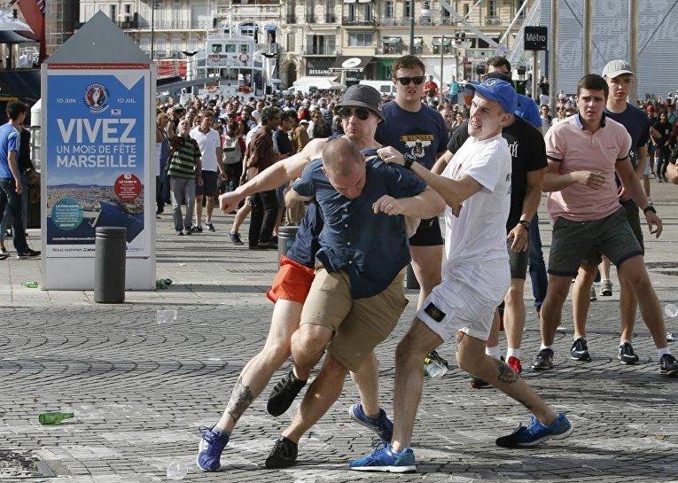Драка фанатов перед матчем сборных России и Англии в Марселе