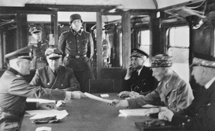 Вильгельм Кейтель и Шарль Хюнтцигер во время подписания перемирия, 22 июня 1940 года