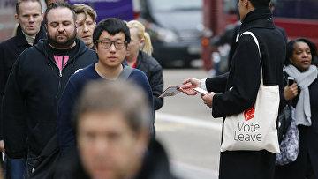 Сторонник выхода Британии из ЕС раздает листовки