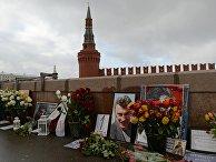 Цветы на месте гибели политика Бориса Немцова на Большом Москворецком мосту в Москве