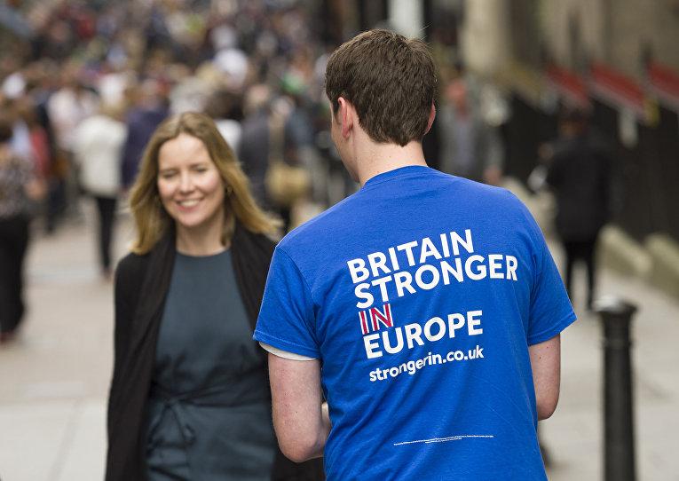 Волонтер на улице Лондона раздает прохожим листовки с агитацией за сохранение членства в Европейском Союзе