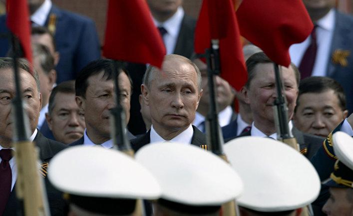 Владимир Путин во время военного парада в Москве