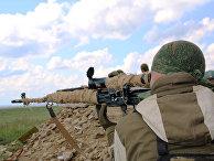 Военнослужащие Народной милиции ЛНР ведут наблюдение на позициях близ линии соприкосновения в Донбассе