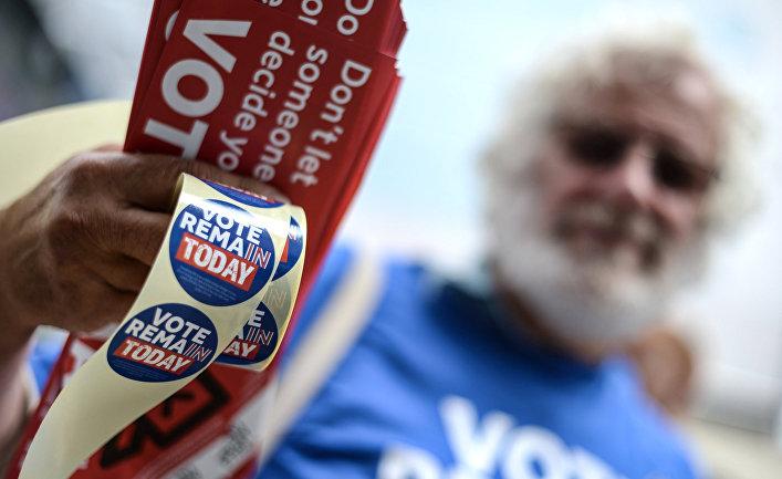 Волонтер на улице Манчестера раздает прохожим листовки с агитацией за сохранение членства в Европейском Союзе