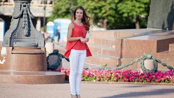 Девушка у памятника Пушкину