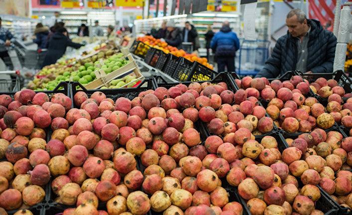 Жители Омска покупают турецкие фрукты в одном из магазинов города