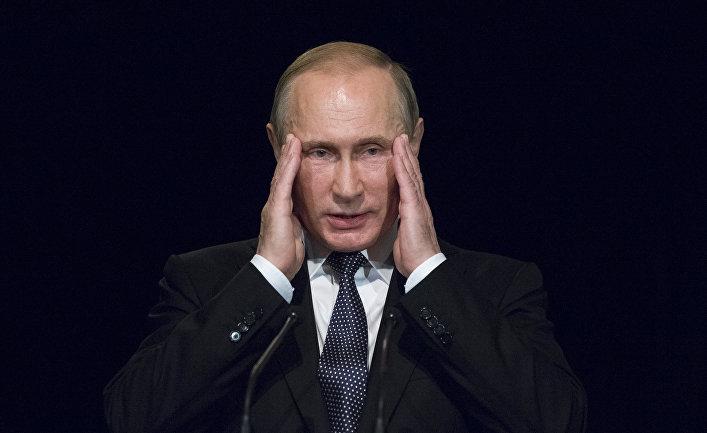Президент России Владимир Путин во время визита в немецкую школу