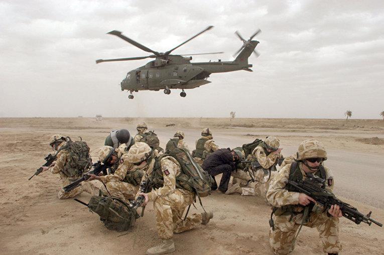 Британские солдаты во время операции по обеспечению безопасности в иракском городе Басре