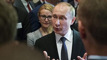 Президент России Владимир Путин общается со студентами и журналистами
