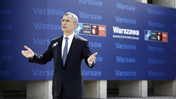 Генеральный секретарь НАТО Йенс Столтенберг выступает перед СМИ