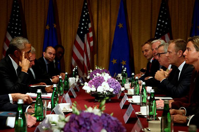 Президент США Барак Обама во время рабочей встречи с президентом Европейской Комиссии Жан-Клодом Юнкером, председателем Европейского совета Дональда Туска представителем Европейского Союза Федерики Могерини на саммите НАТО в Варшаве, Польша.