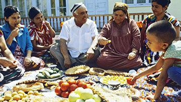 Узбекская семья во время застолья