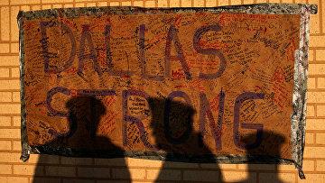 Импровизированный мемориал в штаб-квартире полиции в Далласе