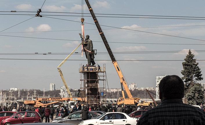 Сотрудники коммунальных служб Запорожья во время демонтажа самого большого на Украине памятника Ленину.