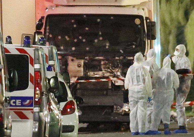 Полиция у грузовика, который совершил теракт в Ницце