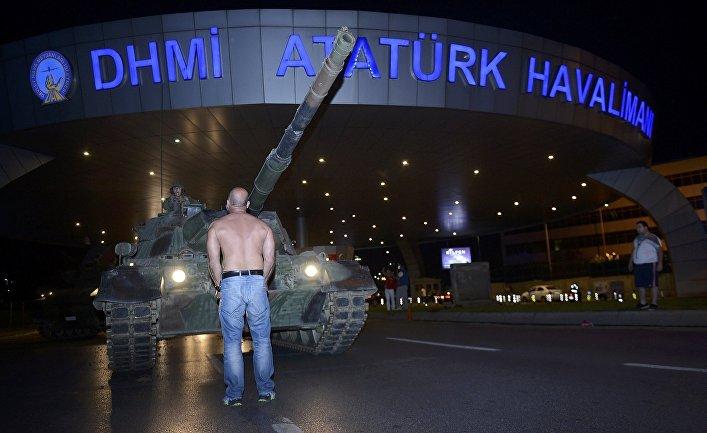 Человек пытается не пропустить танк турецкой армии у аэропорта Ататюрка. 16 июля 2016