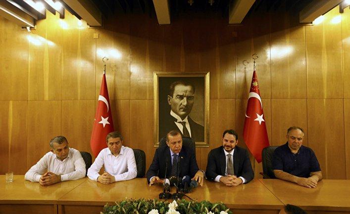 Президент Турции Реджеп Эрдоган на экстренной пресс-конференции. 16 июля 2016
