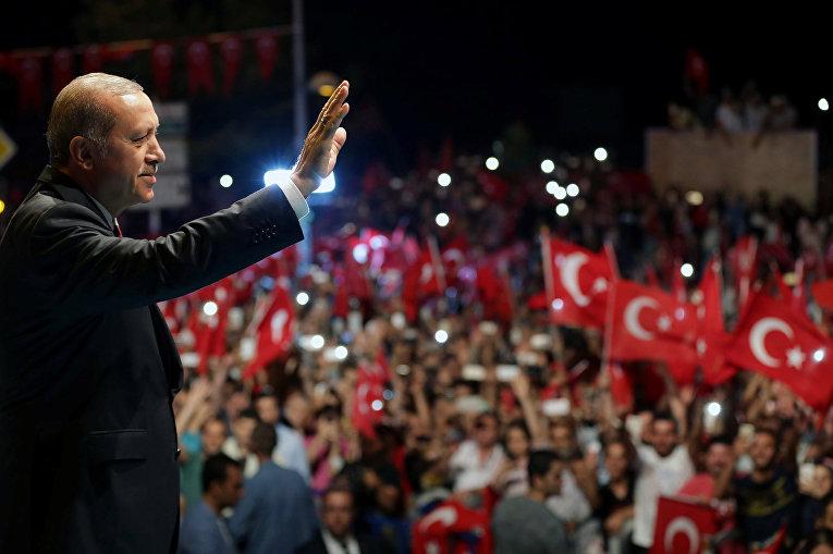 Президент Турции Тайип Эрдоган приветствует своих сторонников в Стамбуле
