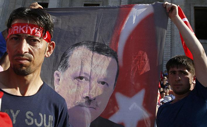 Сторонники президента Турции Тайипа Эрдогана возле здания парламента в Анкаре