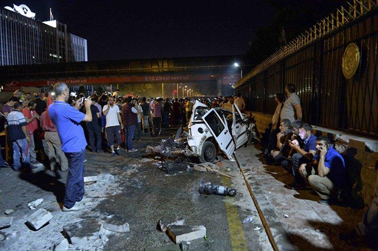 Обломки полицейской машины в Анкаре, Турция