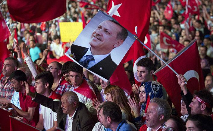 Сторонники президента Турции Тайипа Эрдогана во время митинга на площади Таксим