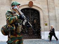 Солдат перед посольством Франции в Брюсселе