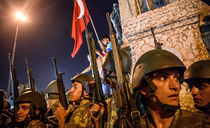 Турецкие военнослужащие во время протеста против военного переворота на площади Таксим в Стамбуле