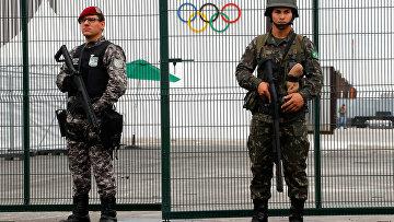 Солдаты военной полиции возле парка Олимпиады-2016 в Рио-де-Жанейро