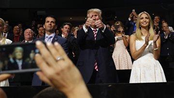 Дональд Трамп с сыном Дональдом-младшим и дочерью Иванкой на съезде Республиканской партии