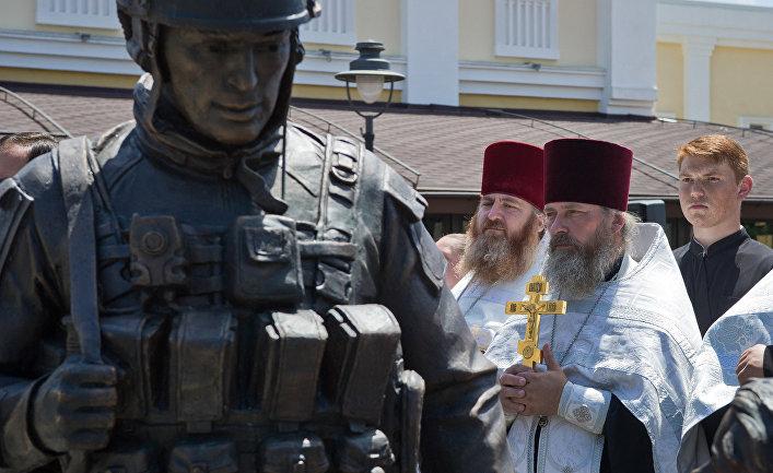 Священнослужители на открытии памятника «Вежливым людям»